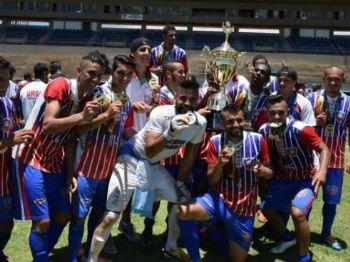 Jogadores do Urso comemoram o primeiro título profissional do clube (Foto: Noé Faria)