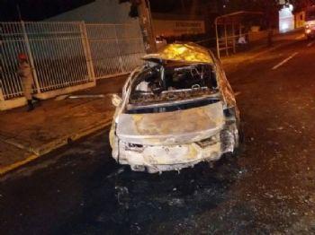 Carro ficou totalmente destruído - Foto: Divulgação