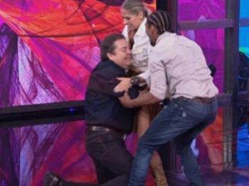 Apresentador foi amparado por dançarino após ser derrubado no palco - Foto: Reprodução TV Globo