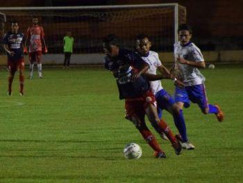 Dois gols e cruzamento para outro fizeram de Jô o melhor do jogo no Douradão. Foto: Noá Faria