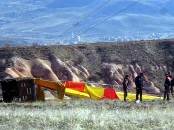 Integrantes da segurança investigam as causas de um acidente envolvendo um balão na região turística turca da Capadócia neste domingo - Foto: DHA-Depo Photo via AP