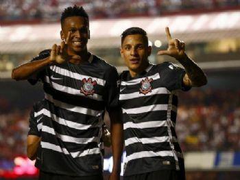 Em grande fase, Jô marcou seu quarto gol em clássicos na temporada (Foto: Marco Galvão/Fotoarena/Estadão Conteúdo)