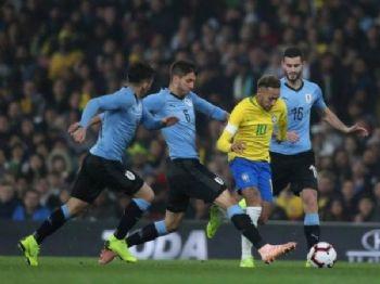Neymar, em lance contra o Uruguai na partida encerrada há pouco em Londres; brasileiro anotou pênalti que deu vitória ao Brasil. (Foto: CBF/Divulgação)