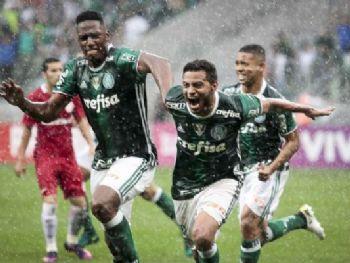Cleiton Xavier comemora com Mina e Gabriel Jesus o gol que marcou e deu a vitória ao Palmeiras sobre o Inter, no Allianz Parque Foto: Ale Frata/Código 19/Gazeta Press