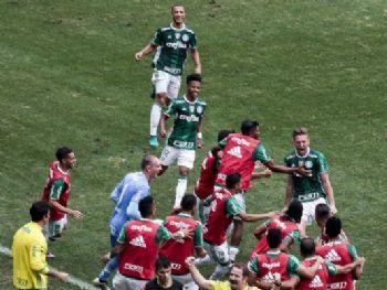 Fabiano comemora o gol anotado com os seus companheiros Foto: Ale Cabral/Agif/Estadão Conteúdo