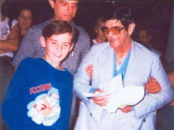 Luiz Adriano com 10 anos ao lado do Chico Xavier