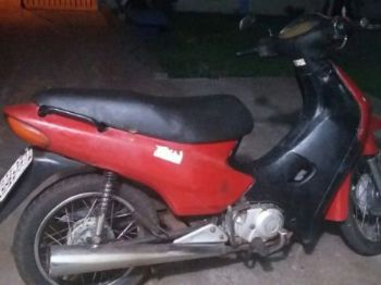 Motocicleta furtada foi encontrada na casa do suspeito - Foto: Divulgação/PM