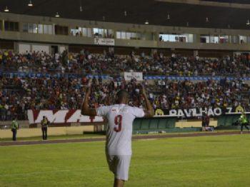 Pablo chama a torcida para o jogo na vitória do Sete no Douradão - Foto: Adriano Moretto