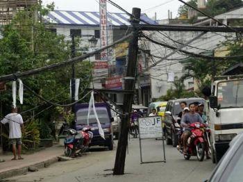 Um terremoto de 6,5 graus de magnitude atingiu as Filipinas. Na cidade de Surigao, postes de iluminação caíram com o tremor. Ao menos seis pessoas morreramCerilo Ebrano/EPA/Agência Lusa