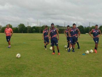 Marino observa treino desta terça. Time deve ser o mesmo dos últimos jogos - Foto: Divulgação/Sete
