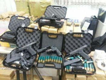 Foram apreendidas armas, drogas e grande quantidade de munições - Foto: Divulgação