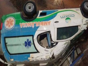 Ambulância da prefeitura de Coxim após queda em ribanceira. Foto: Paulo Sergio/Rio Verde MS