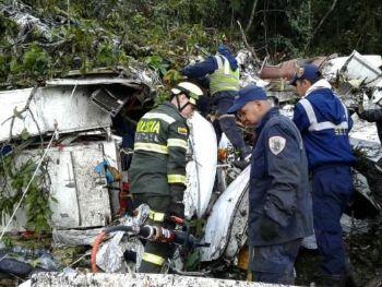 Equipes de resgate trabalharam no resgate de vítimas entre os destroços do aviãoDivulgação/ Polícia de Antioquia