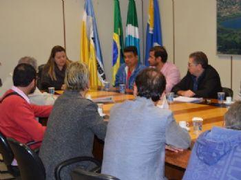 Funcionários e sindicato conversaram com vereadores nesta sexta-feira (9). Fotos: Isadora Spadoni