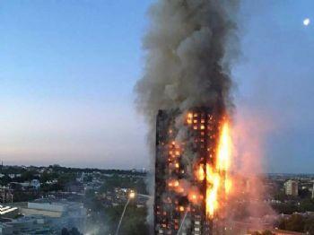 Imagem feita por uma moradora da região mostra prédio em chamas (Foto: Natalie Oxford / AFP Photo)