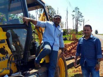 Vereador Chapéu com operador da Retroescavadeiras do município Goga. Foto: Assessoria