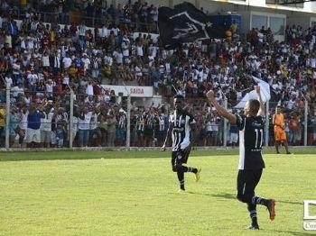 Jogadores do Corumbaense comemoram um dos três gols que renderam o feito inéditpo - Foto: Anderson Gallo/Diário Corumbaense