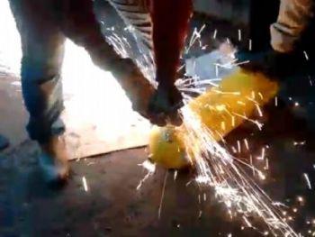Foram necessárias ferramentas especiais para abrir os cilindros e retirar as drogas. - Foto: Divulgação/PRF