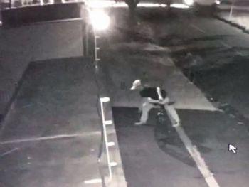 Câmeras de segurança mostram momento em que desconhecido se aproxima do portão da casa e arremessa objeto - Foto: Reprodução