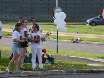 Familiares de Carolina Albuquerque durante manifestação em local onde houve acidente - Foto: Bruno Henrique/ Correio do Estado
