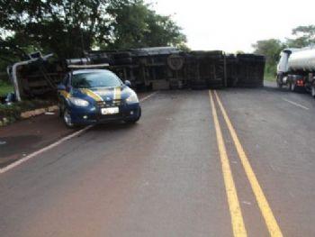 Carreta tombou na pista depois de colisão - Foto: Alvorada Informa