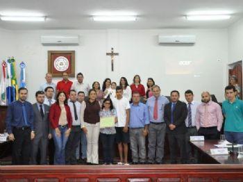 Os vereadores e a sociedade que estiveram presente na Sessão de Moção de Aplausos Congratulação aos familiares do jovem Enio.