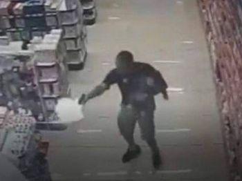 Com filho no colo, PM de folga reage a assalto e mata ladrões em farmácia Foto: Reprodução