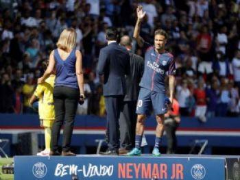 Fornecido por Areté Editorial S/A Neymar é saudado pela torcida no Parque dos Príncipes (Foto: Thomas Samson / AFP)