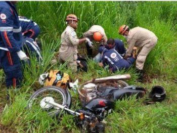 O motorista se desequilibrou e os dois cairam em matagal - Foto: André Barbosa