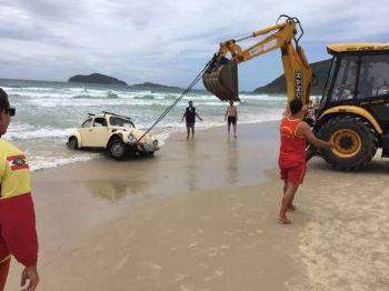 Uma retroescavadeira foi usada para retirar o veículo Foto: Intendência municipal dos Ingleses/Divulgação